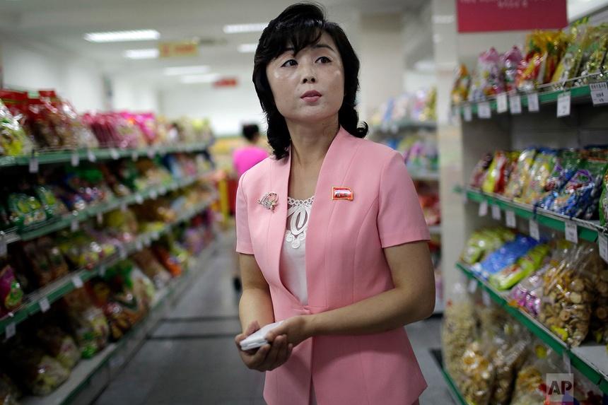 Song Un Pyol, quản lý tại cửa hàng bách hóa cao cấp Potonggang ở Bình Nhưỡng đứng trên lối đi bán đồ ăn vặt trong khi được phỏng vấn bởi AP ngày 19 tháng 6 năm 2017.