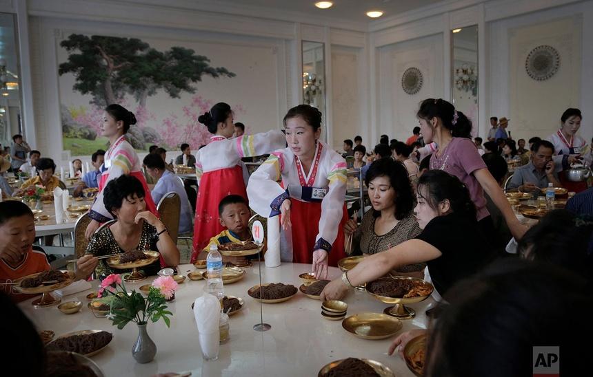 Người Triều Tiêndùng bữa tại Ongnyugwan, một nhà hàng mì nổi tiếng ở Bình Nhưỡng, vào ngày 1 tháng 9 năm 2014. Nhà hàng, được xây dựng vào năm 1960, tuyên bố phục vụ 10.000 thực khách mỗi ngày.