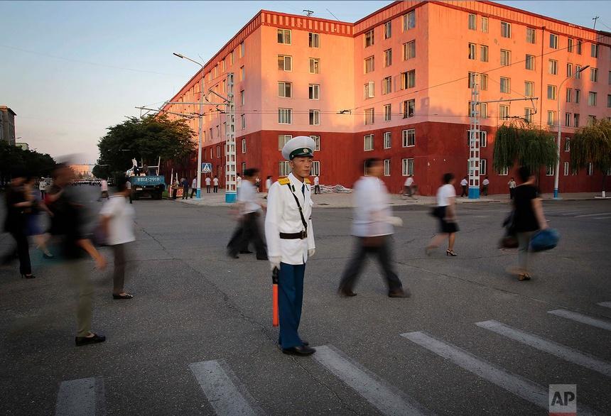 Một cảnh sát giao thông đứng chốt tại ngã tư Kim Il tại Bình Nhưỡng hôm 25 tháng 6 năm 2016.