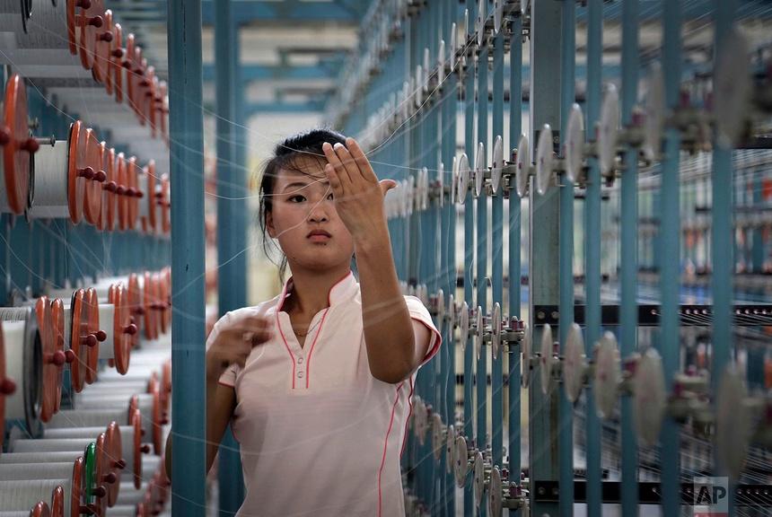 Một phụ nữ làm việc tại nhà máy dệt Kim Jong Suk ở Bình Nhưỡng, Triều Tiên, vào ngày 31 tháng 7 năm 2014.Nhà máy được đặt theo tên bà của nhà lãnh đạo Triều Tiên.
