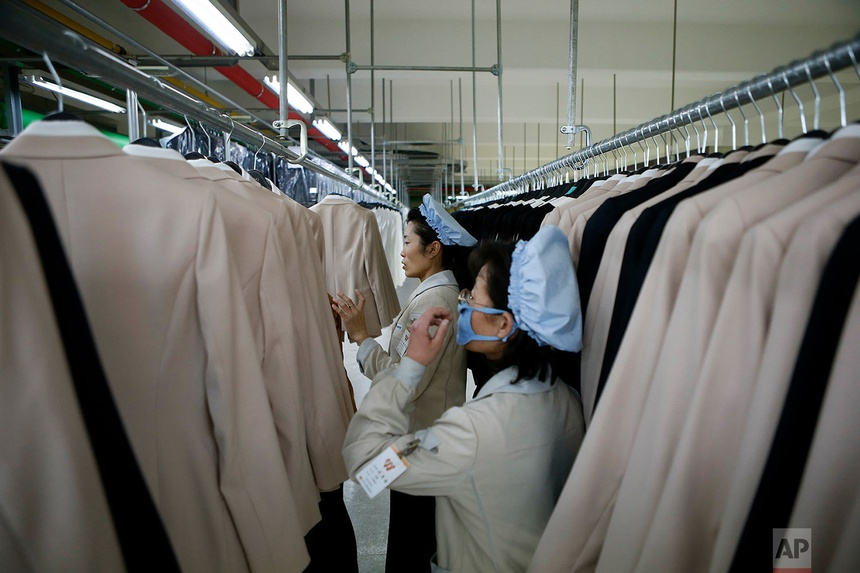Còn đây là nhà máy thuộc sở hữu của Hàn Quốc được đặt tại Khu liên hợp công nghiệp Kaesong, Triều Tiên. Các công nhân đang kiểm tra thành phẩm. Bức ảnh được chụp ngày 19 tháng 12 năm 2013.