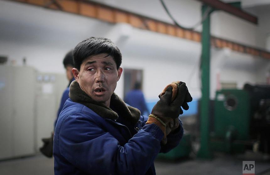 Một công nhân làm việc tại Nhà máy dây điện Bình Nhưỡng ở Bình Nhưỡng. Ảnh chụp ngày 10 tháng 1 năm 2017.