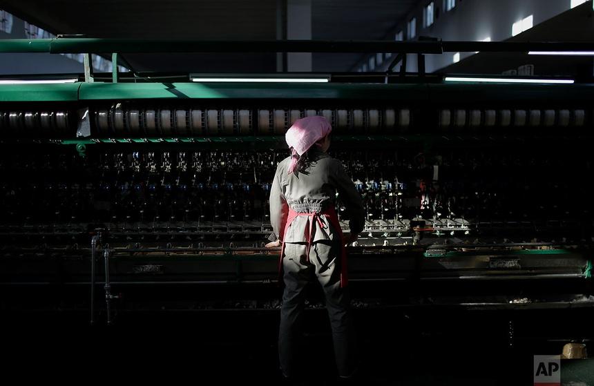 Nhà máy này là nơi 1.600 công nhân - chủ yếu là phụ nữ - phân loại và xử lý tằm để sản xuất sợi tơ. Mỗi năm, khoảng 200 tấn lụa được xuất xưởng.