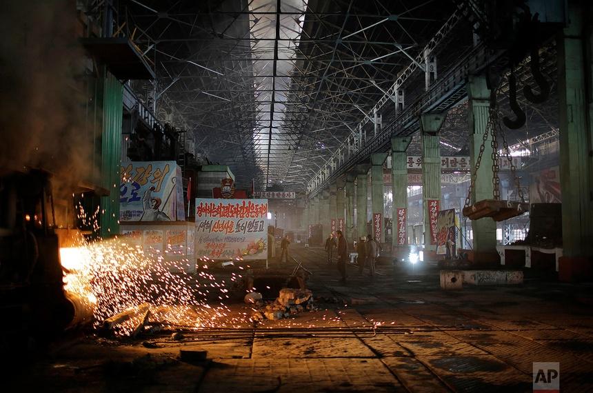 Ánh sáng chiếu ra từ lò nung ở Khu liên hợp thép Chollima ở Nampo, Triều Tiên. Ảnh chụp vào ngày 7 tháng 1 năm 2017. Đây là một trong bảy khu sản xuất thép tại Chollima với hơn 8.000 công nhân.
