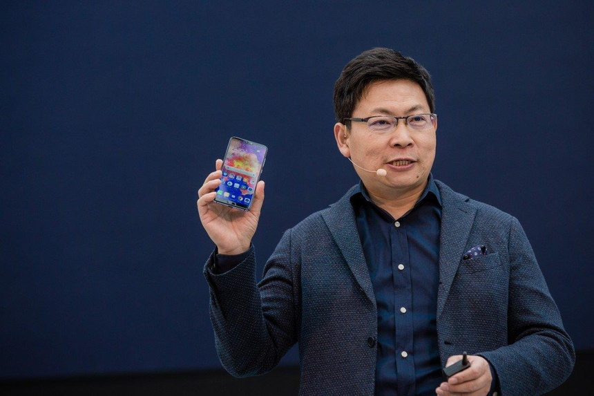 Nguoi dan ong nay se cuu lay smartphone Huawei? hinh anh 1