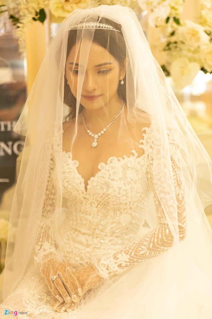Váy cưới đuôi cá, thiết kế cầu kỳ của cô dâu Sara Lưu