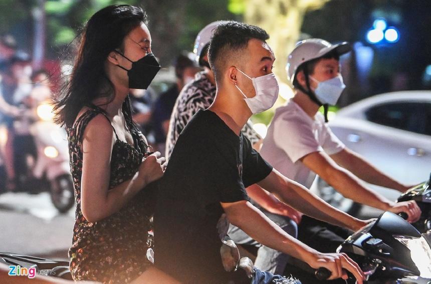 Mức phạt đối với người đi xe máy không đội mũ bảo hiểm có thể tăng gấp đôi. Ảnh:Việt Linh.