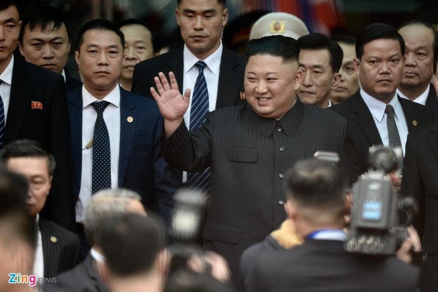 Ong Kim Jong Un vay tay chao nguoi dan tai ga Dong Dang hinh anh 3