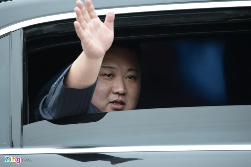 Ong Kim Jong Un vay tay chao nguoi dan tai ga Dong Dang hinh anh 4