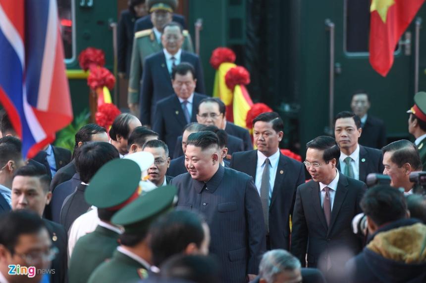 Ong Kim Jong Un vay tay chao nguoi dan tai ga Dong Dang hinh anh 2