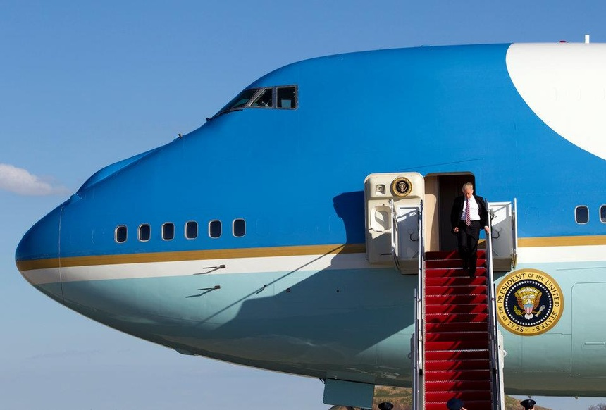 'Nhu bi giam cam' - trai nghiem tren chiec Air Force One cua TT Trump hinh anh 2