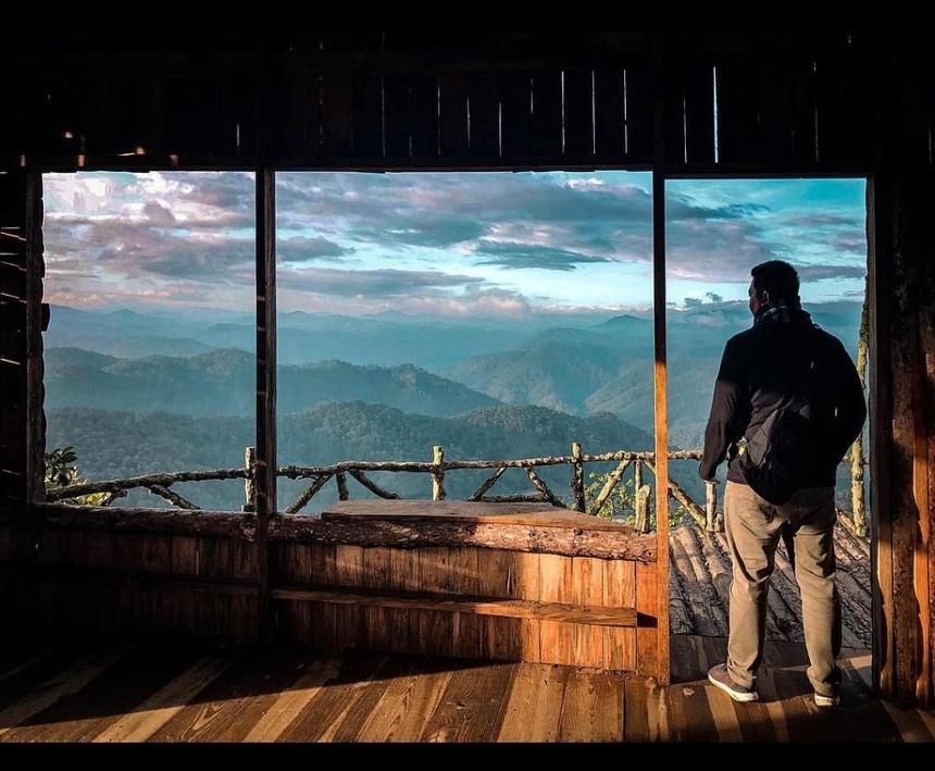 Ngắm nhìn địa hình núi đồi giữa bầu trời xanh ngát, rừng cây hoang sơ bao phủ xung quanh, tận hưởng không khí Đà Lạt mát lạnh mang đến cho bạn những giây phút thư giãn. Ảnh: