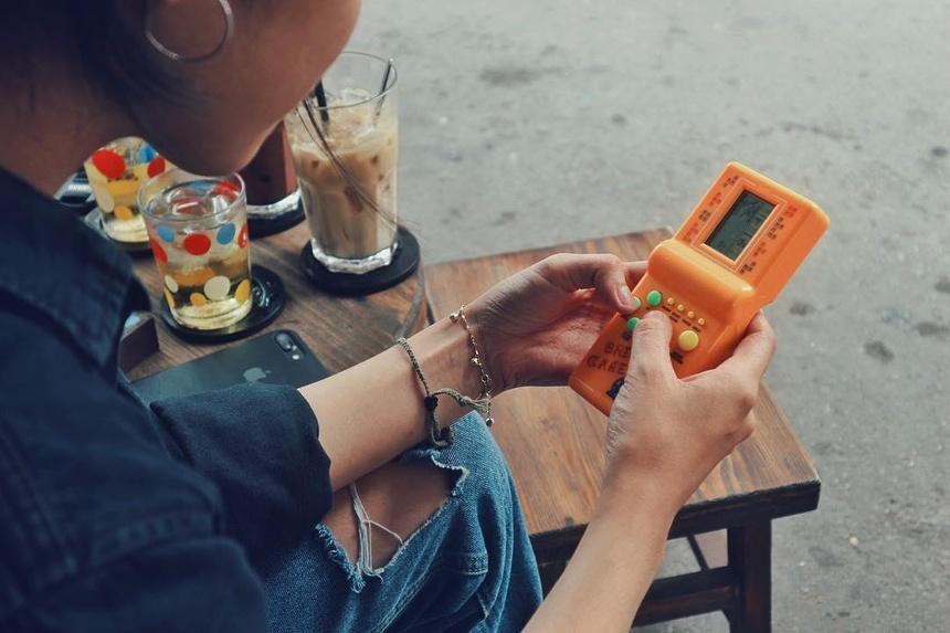 Ở quán có những món đồ chơi hay bánh kẹo nhiều màu sắc mà bất kỳ ai sinh ra ở thập niên năm 80, 90 đều biết đến. Đồ uống có giá bình dân chỉ khoảng 20.000 đồng, phổ biến như nước cà phê, đá me, đá chanh… Ảnh:
