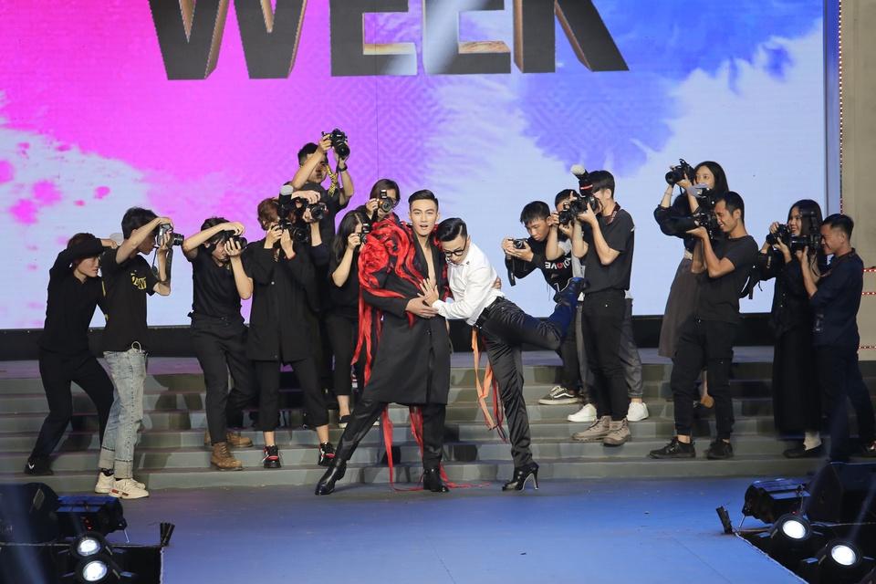 The Face 2018: Mac Trung Kien bat ngo doat quan quan hinh anh 4