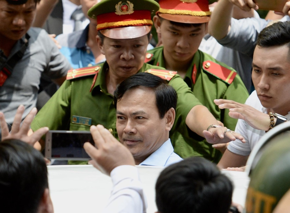 Ca tram nguoi vay kin khi Nguyen Huu Linh roi toa hinh anh
