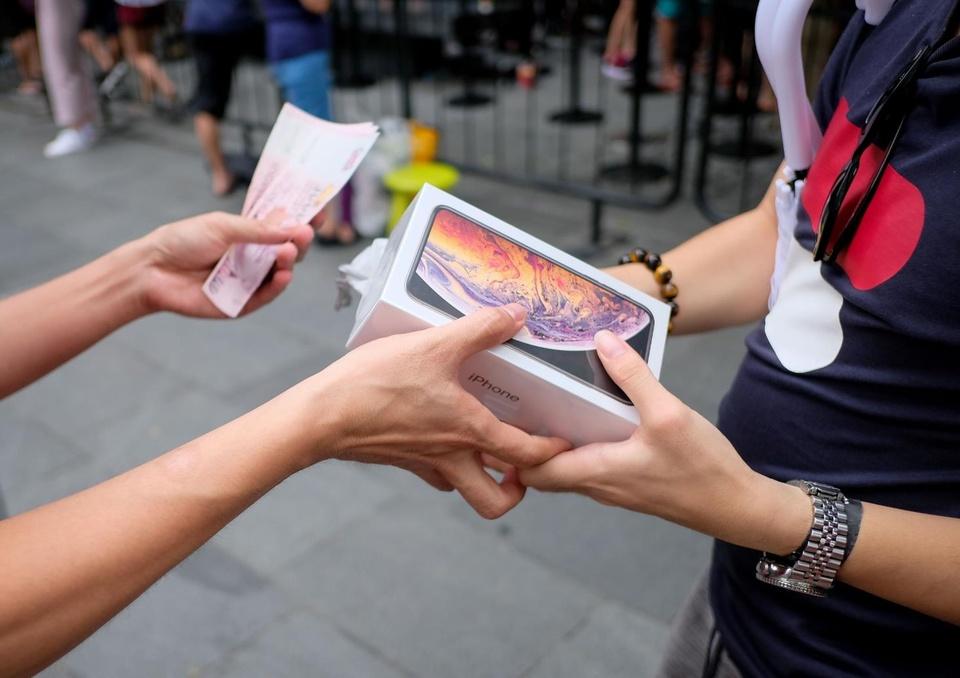 Nguoi Viet nen di Singapore mua iPhone 11 du gia o Hong Kong re hon hinh anh