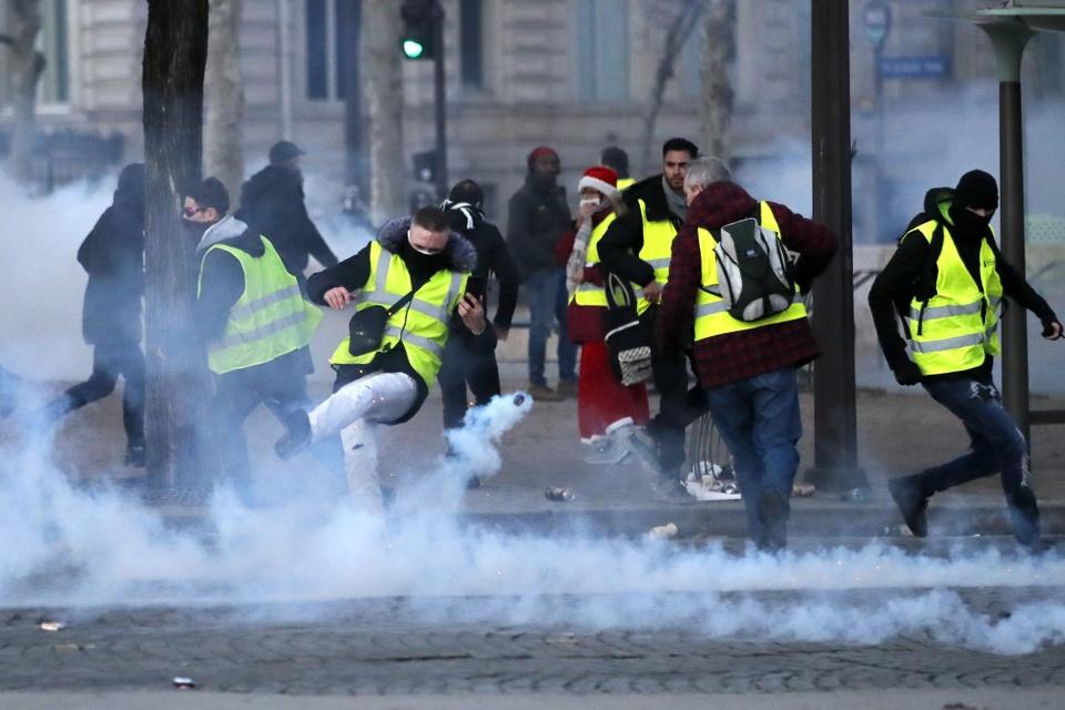 Canh sat Paris dung voi rong, luu dan cay tran ap nguoi bieu tinh hinh anh 4
