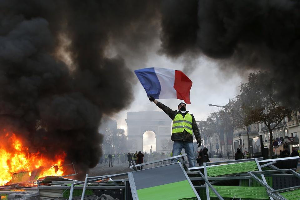 Canh sat Paris dung voi rong, luu dan cay tran ap nguoi bieu tinh hinh anh 13