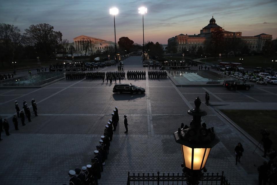 Linh cuu Bush 'cha' den Dien Capitol trong hoang hon Washington D.C hinh anh 3