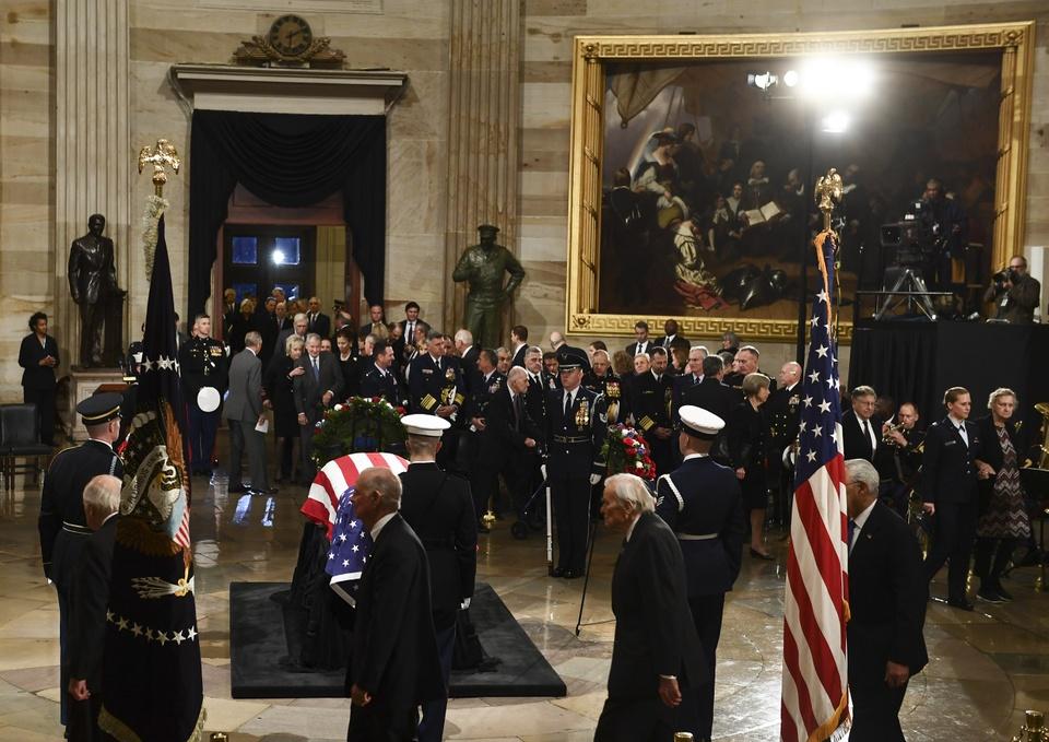 Linh cuu Bush 'cha' den Dien Capitol trong hoang hon Washington D.C hinh anh 11