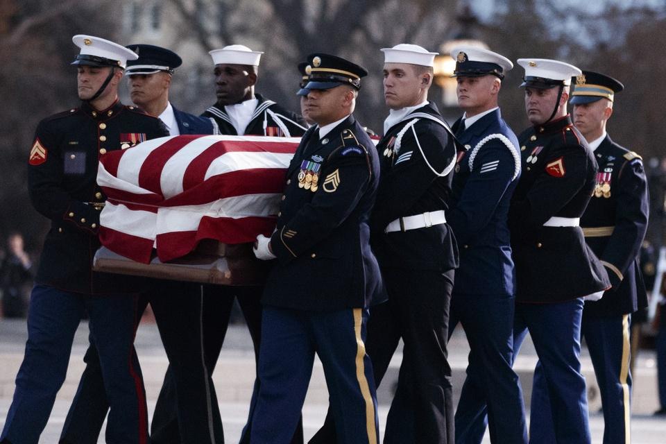 Linh cuu Bush 'cha' den Dien Capitol trong hoang hon Washington D.C hinh anh 4