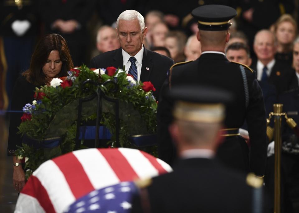 Linh cuu Bush 'cha' den Dien Capitol trong hoang hon Washington D.C hinh anh 9
