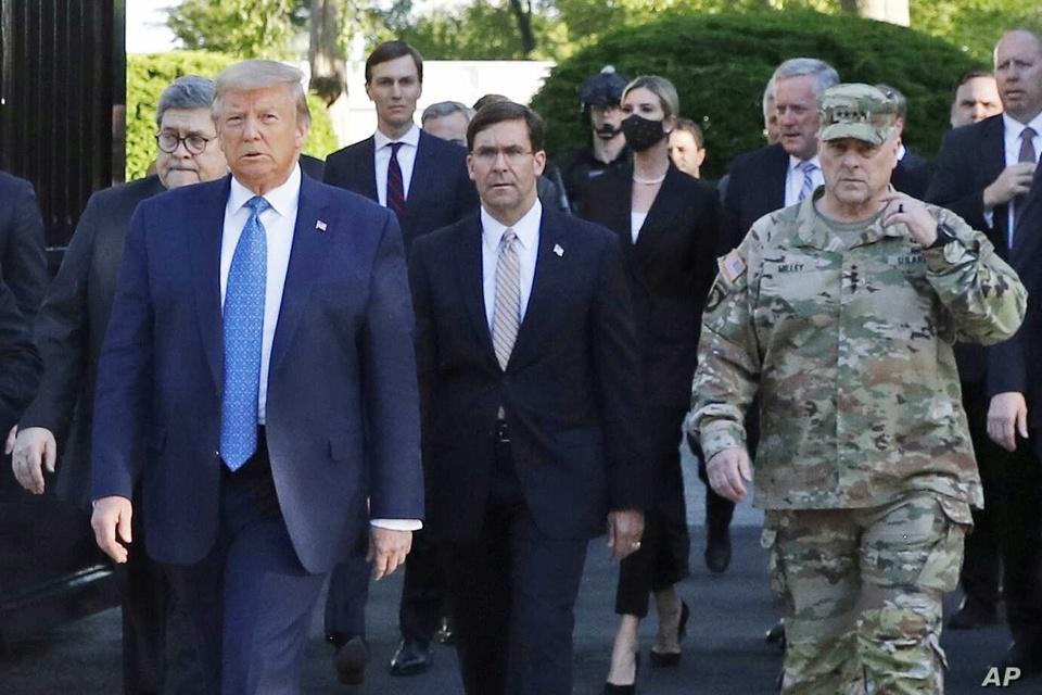 Quan doi My pha le, khong lam le tam biet ong Trump hinh anh