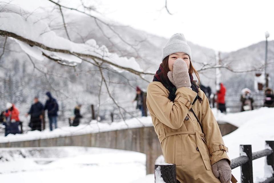 Giới trẻ say sưa tạo dáng với tuyết ở làng cổ tích Nhật Bản - ảnh 1