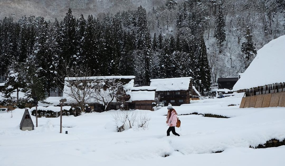 Giới trẻ say sưa tạo dáng với tuyết ở làng cổ tích Nhật Bản - ảnh 7