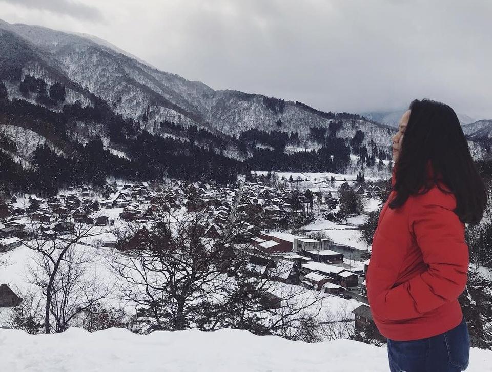 Giới trẻ say sưa tạo dáng với tuyết ở làng cổ tích Nhật Bản - ảnh 3
