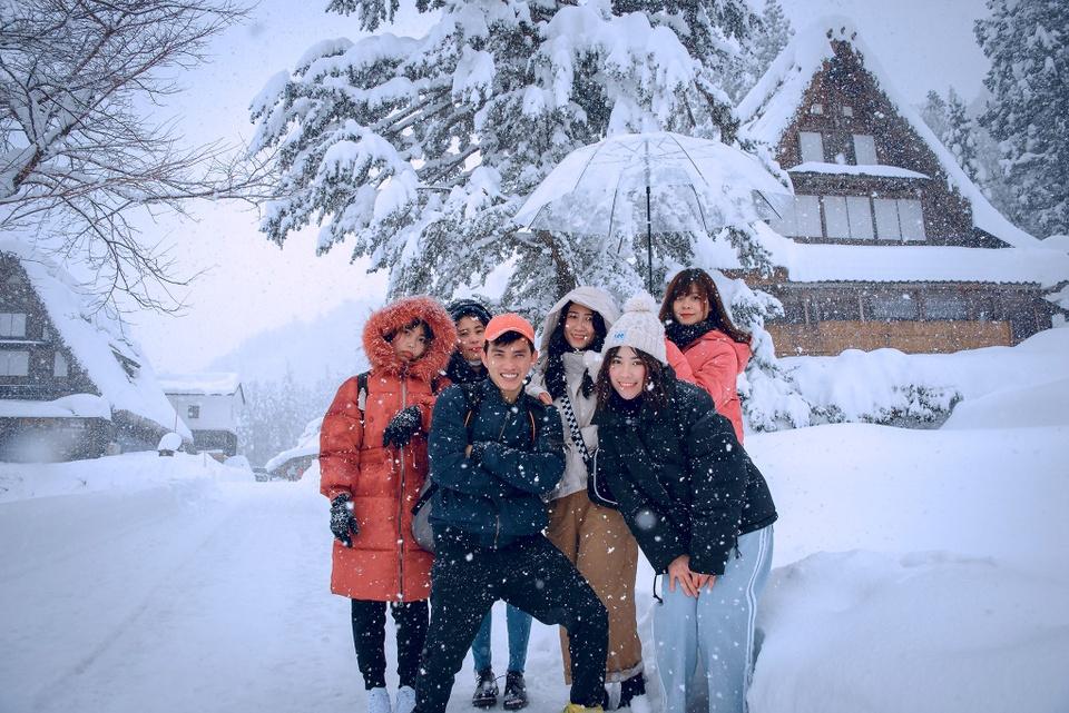 Giới trẻ say sưa tạo dáng với tuyết ở làng cổ tích Nhật Bản - ảnh 9