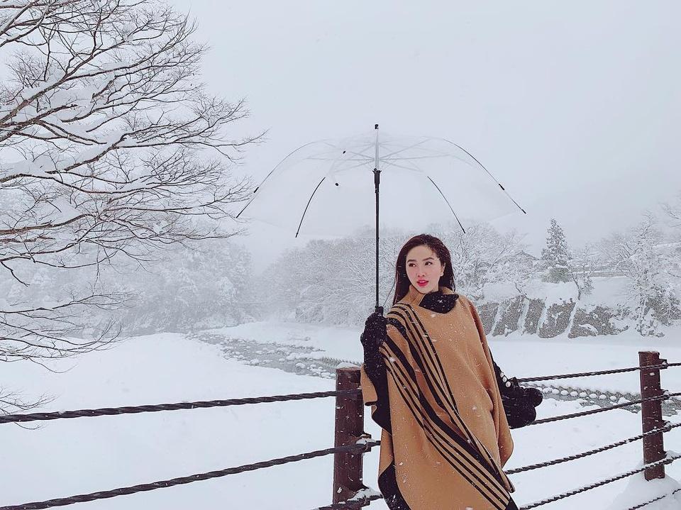Giới trẻ say sưa tạo dáng với tuyết ở làng cổ tích Nhật Bản - ảnh 2