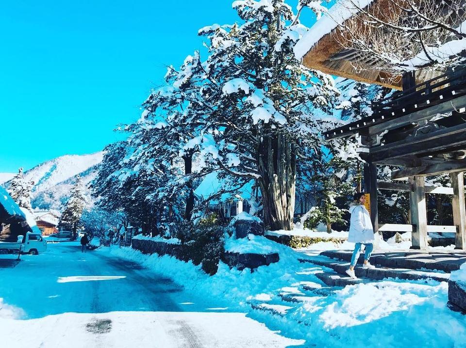 Giới trẻ say sưa tạo dáng với tuyết ở làng cổ tích Nhật Bản - ảnh 4