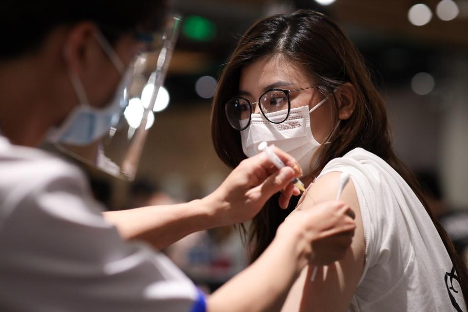 15-nhom-nguoi-duoc-uu-tien-tiem-vaccine-dot-5-tai-tphcm