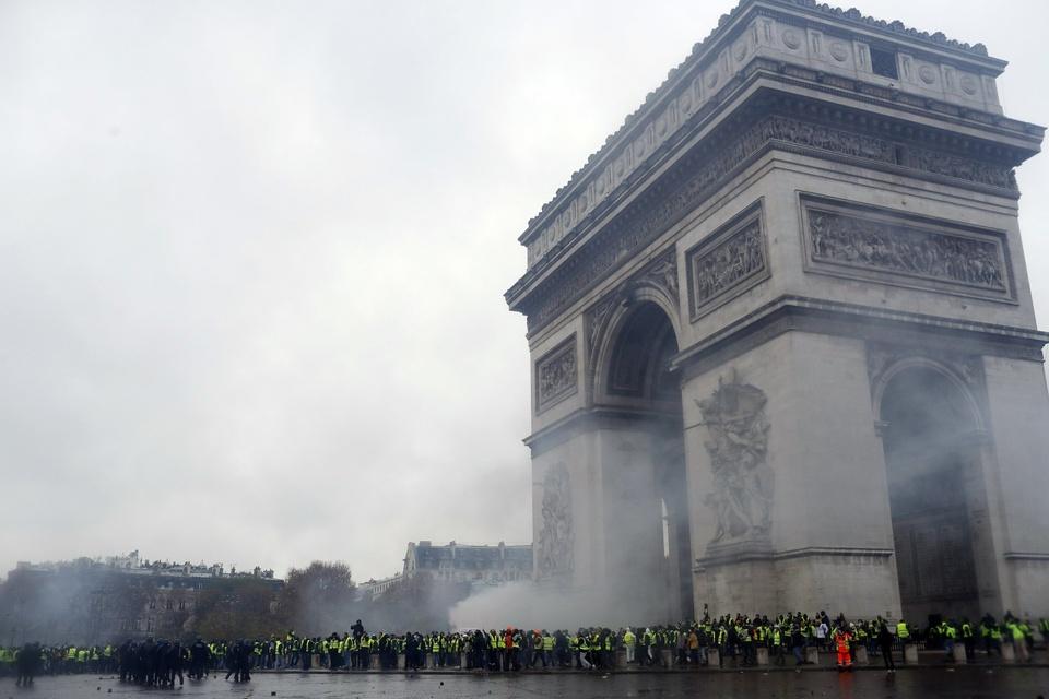 Khai Hoan Mon tan hoang sau bieu tinh lon nhat thap nien o Paris hinh anh 1