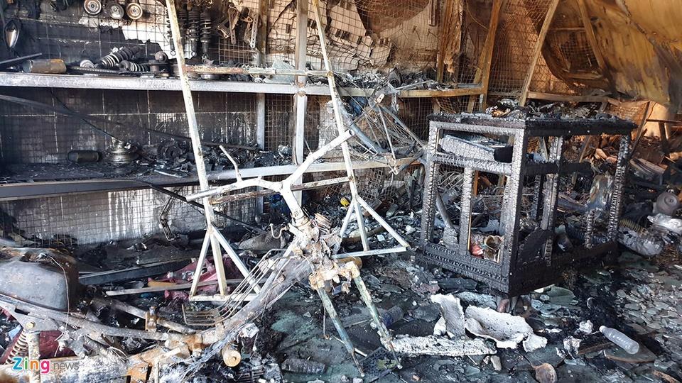 Một người dân sống gần hiện trường nói rằng vụ cháy xảy ra lúc rạng sáng. Thời điểm đó, nhiều người đang ngủ thì giật mình bởi tiếng động lớn. Khi họ ra kiểm tra thì thấy dãy nhà chìm trong biển lửa.