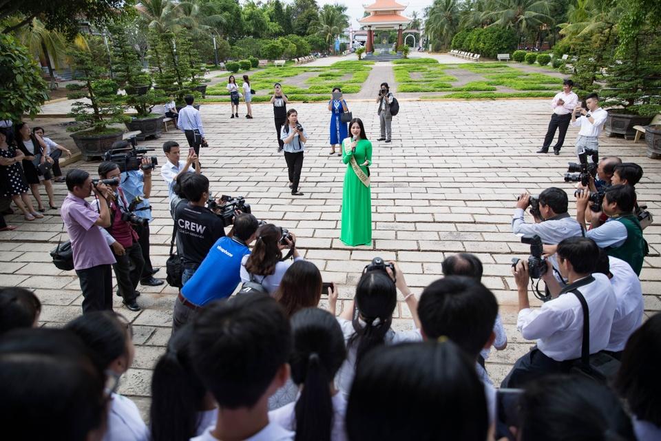 Hoa hau Phuong Khanh om cham ba ngoai khi ve que Ben Tre hinh anh 8