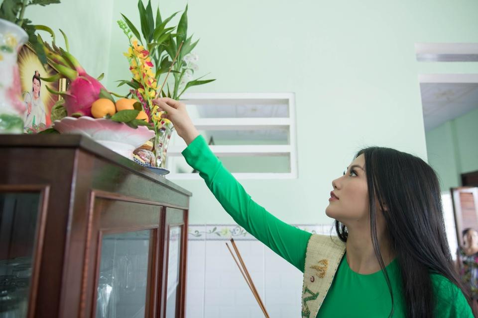 Hoa hau Phuong Khanh om cham ba ngoai khi ve que Ben Tre hinh anh 6