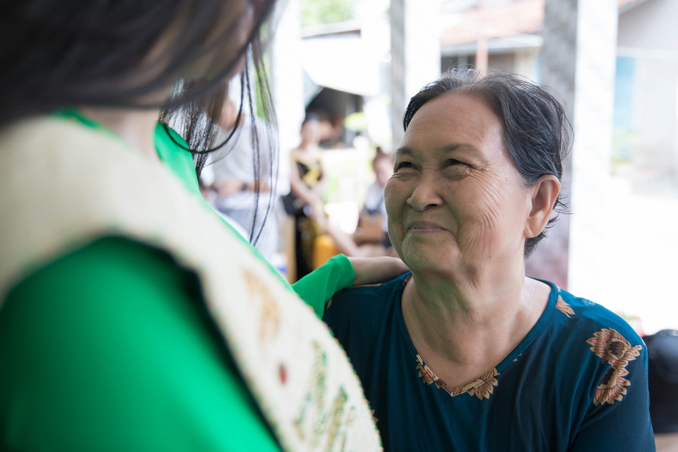 Hoa hau Phuong Khanh om cham ba ngoai khi ve que Ben Tre hinh anh 2