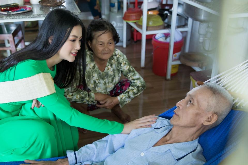 Hoa hau Phuong Khanh om cham ba ngoai khi ve que Ben Tre hinh anh 3