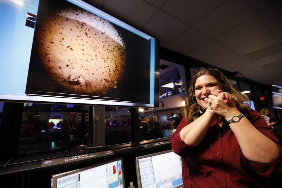 Tau vu tru NASA ha canh xuong sao Hoa sau chuyen di 6 thang hinh anh 6