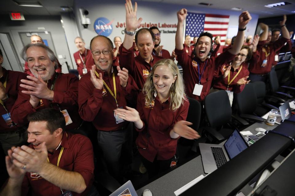 Tau vu tru NASA ha canh xuong sao Hoa sau chuyen di 6 thang hinh anh 2
