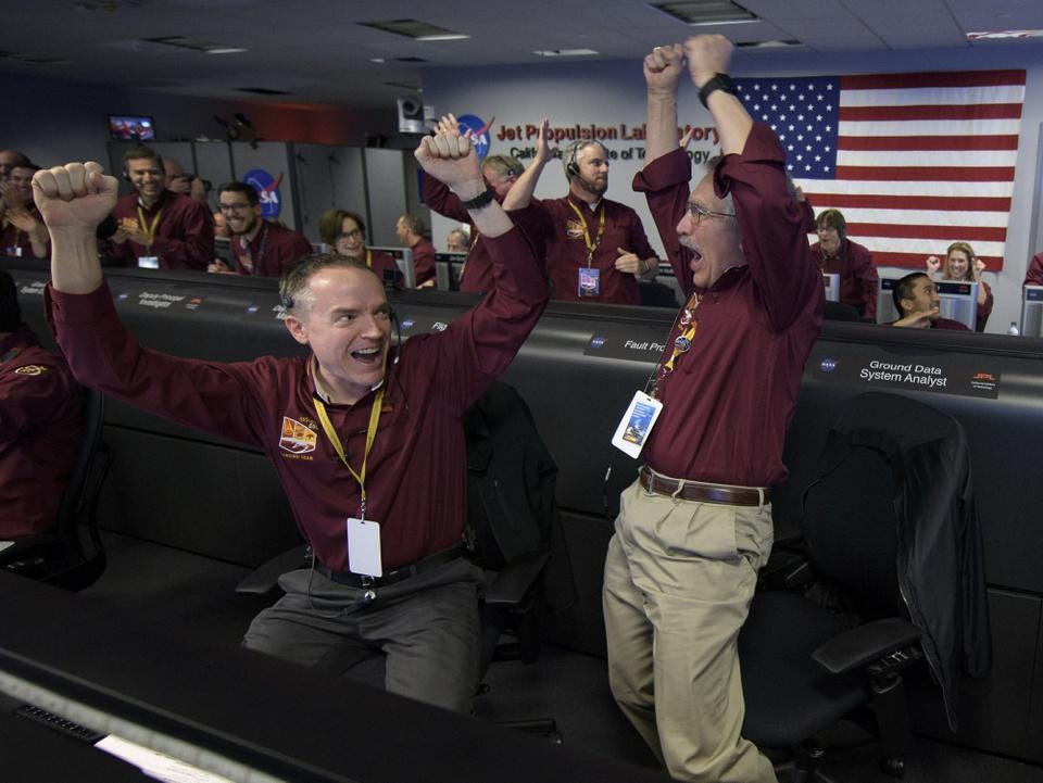 Tau vu tru NASA ha canh xuong sao Hoa sau chuyen di 6 thang hinh anh 3