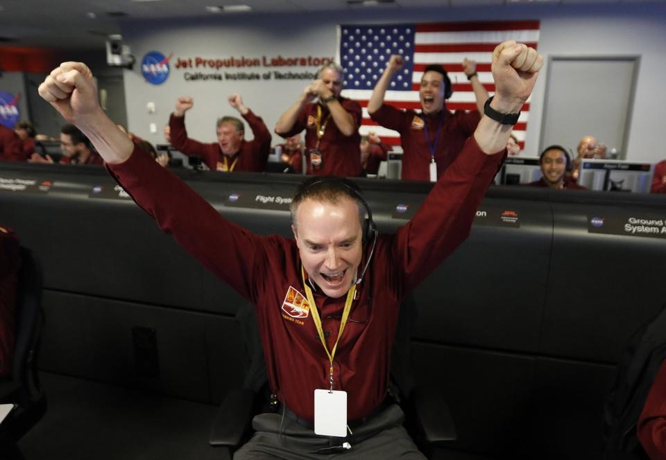 Tau vu tru NASA ha canh xuong sao Hoa sau chuyen di 6 thang hinh anh 5