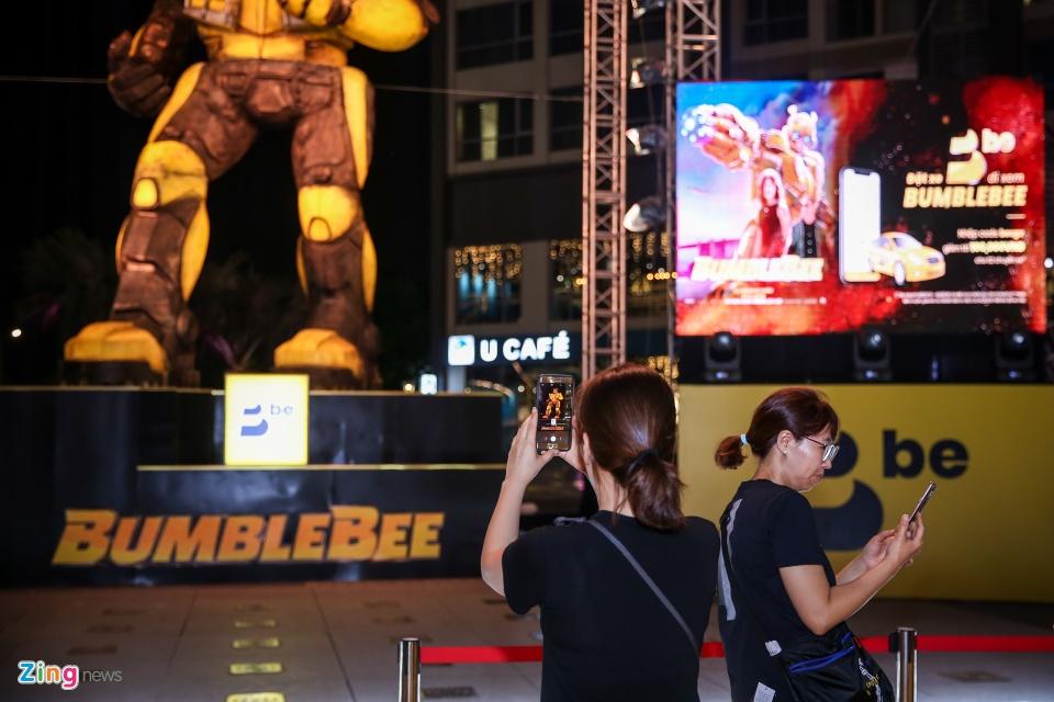 Gioi tre hao hung check-in cung mo hinh Bumblebee khong lo hinh anh 10