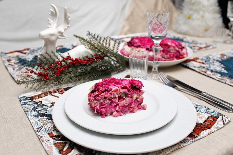 Selyodka pod shuboy (Nga): Món ăn Nga đẹp mắt này có tên gọi khá ngộ nghĩnh, dịch nghĩa là