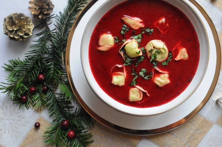 Barszcz (Ba Lan): Món ăn có màu sắc ấn tượng này còn gọi là súp borscht đỏ, một loại súp chua có thành phần lên men. Sự góp mặt của củ dền là lý do khiến món ăn có màu đỏ rực rỡ. Món súp này thường dùng để bắt đầu các bữa tiệc Giáng sinh. Trong món ăn có uszka, nghĩa là