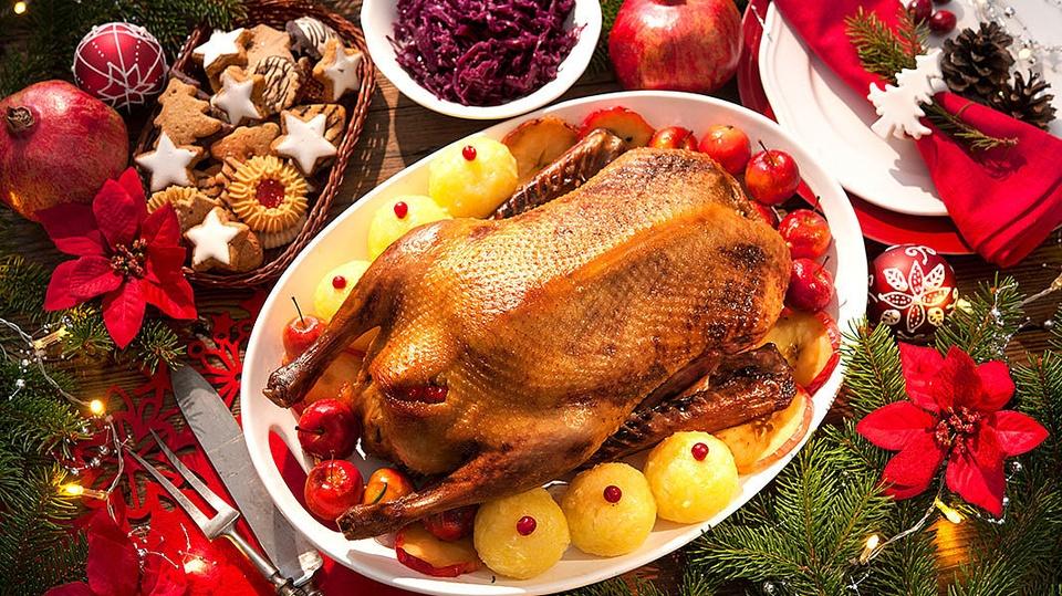 Weihnachtsgans (Đức): Weihnachtsgans, hay ngỗng Giáng sinh là món ăn phổ biến ở Đức vào dịp lễ quan trọng cuối năm. Thường, vịt có thể là loại thực phẩm phổ biến hơn, song ngỗng mới là lựa chọn yêu thích của người Đức vào dịp Giáng sinh theo truyền thống. Trong tiết trời giá lạnh, món ngỗng nướng ấm nóng, thơm lừng với những thớ thịt mềm mại nhưng săn chắc hẳn hấp dẫn hơn bao giờ hết. Ảnh: Eismann.