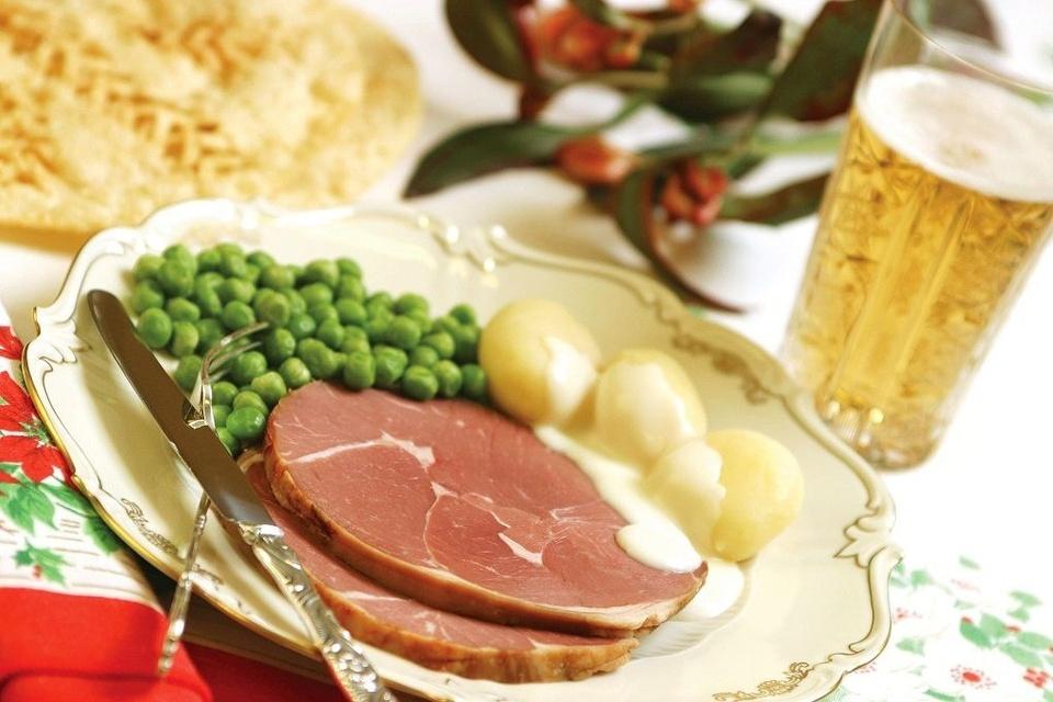 Hangikjot (Iceland): Hangikjot là một loại thịt hun khói truyền thống có mặt phổ biến trên bàn tiệc Giáng sinh của người Iceland. Thịt, thường là thịt cừu được hun khói bằng gỗ bạch dương, liễu, bách, rơm trộn với... phân cừu rất độc đáo. Món ăn này thường phục vụ kèm với khoai tây, nước sốt kem và đậu Hà Lan đóng hộp. Ảnh: Iceland Mag.