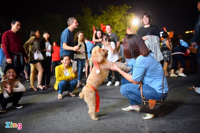 Bien nguoi do ve trung tam Ha Noi, Sai Gon mung tuyen VN chien thang hinh anh 3